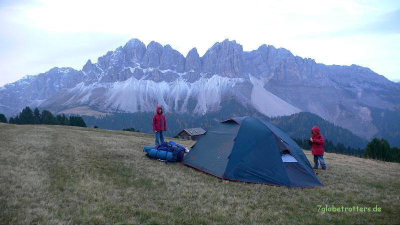 Frostbiwak mit Blick auf die typischen Dolomitenspitzen: Aferer Geisler