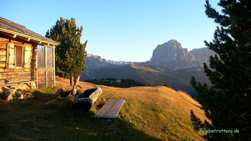 Blick von den Bergwiesen an der Seceda zur Sellagruppe (links) und zum Langkofelstock (rechts)