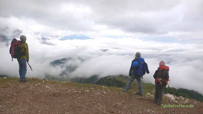 Wanderer über dem Wolkenmeer an der Kölner Hütte im Rosengarten