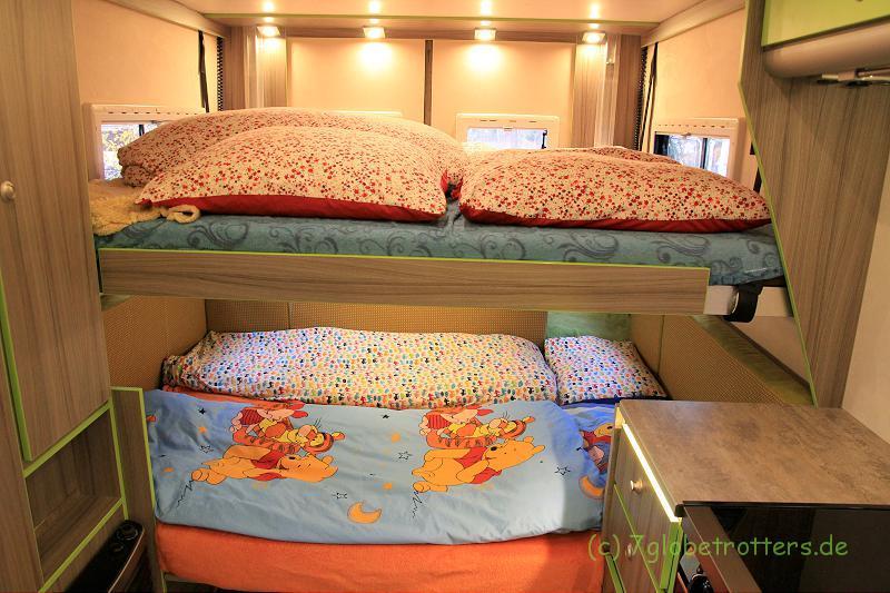 Eine große Familie braucht auch auf Reisen viel Platz: Doppelte Schlafebene mit elektrischem Hubbett
