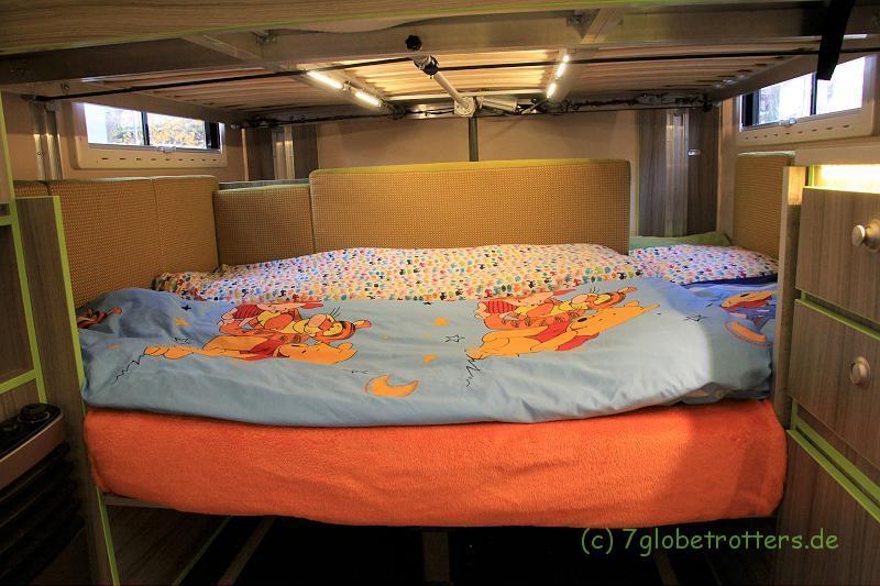 Die Schlafebene unter dem elektrischen Hubbett ist 2,00 x 1,40 groß, bei Umbau der Rückenpolster 2,15 m x 1,50 m