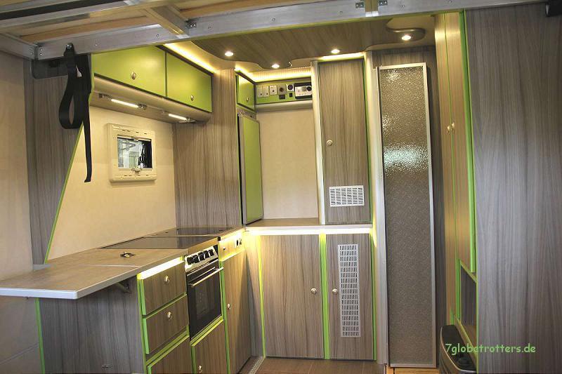Die große Küche ermöglicht autarkes Reisen mit dem Wohnmobil auch in unwirtlichen Gegenden