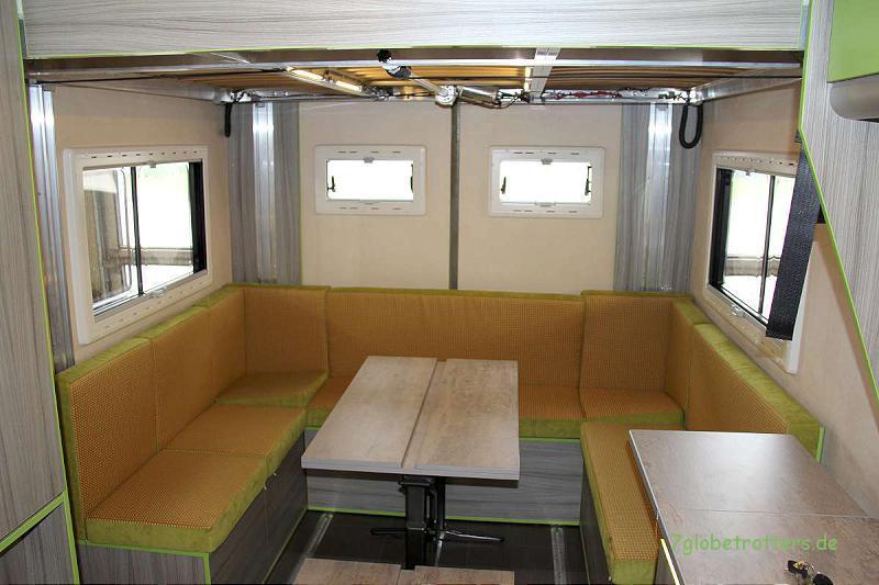 Und so sieht die nach hinten geschobene Sitzgruppe im Tagesbetrieb aus: Viel Platz im Wohnmobil