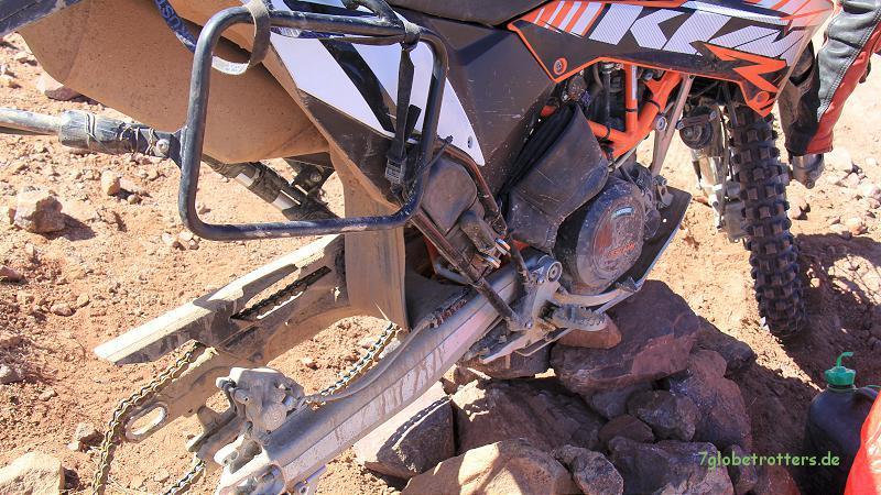 Plattfuß an der KTM 690 Enduro R: Rad raus, Reifen runter, Schlauch wechseln. Jbel Sarhro, Marokko