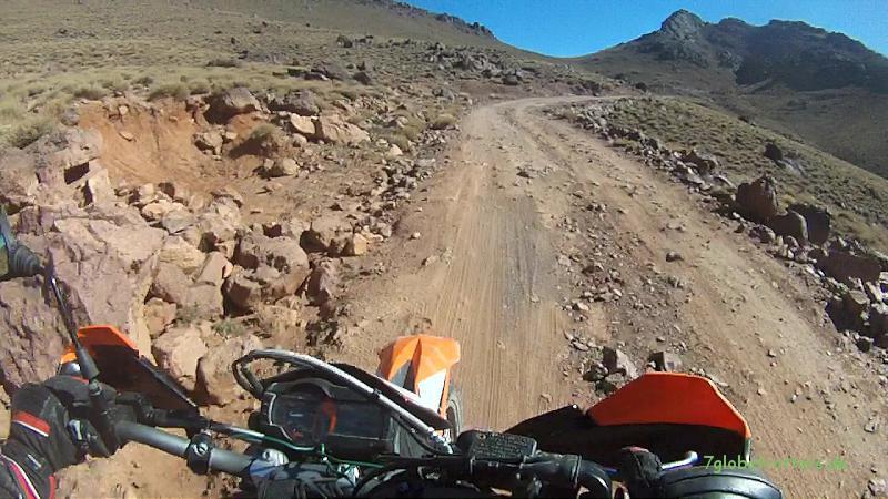 Mit der KTM von der Nordseite zum Pass Tizi n'Tazazert (2.200 m) im Jbel Sarho, Marokko