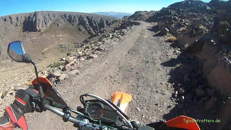 Die steile und enge Südabfahrt vom Pass Tizi n'Tazazert (2.200 m) im Jbel Sarho, Marokko
