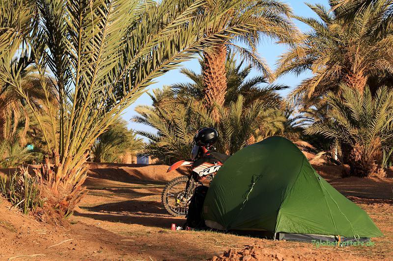 Mit der KTM auf dem Campingplatz in M'Hamid, Marokko