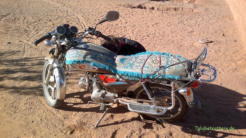 Bikerhilfe an der typisch marokkanischen Dockers mit 70 cm³
