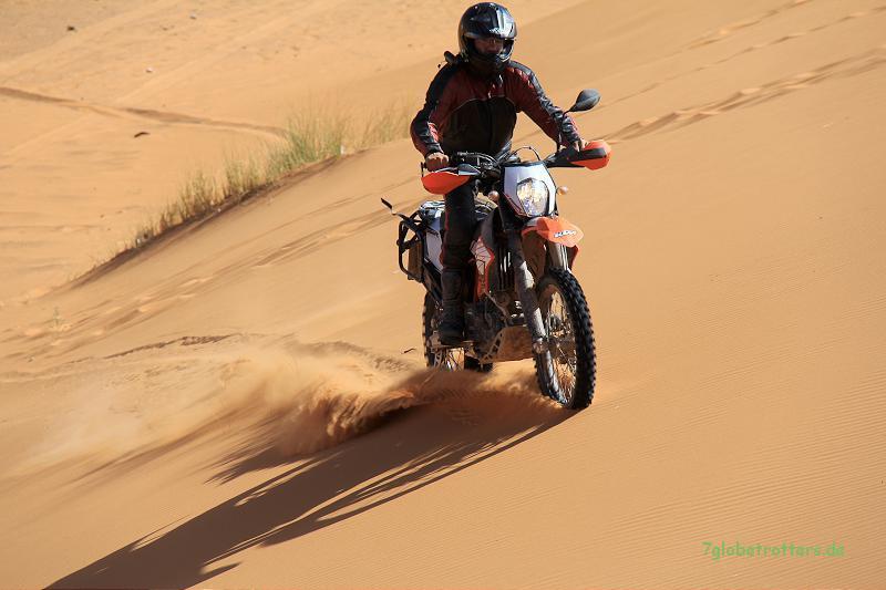KTM 690 Enduro R in den Sanddünen des Erg Chebbi bei Merzouga