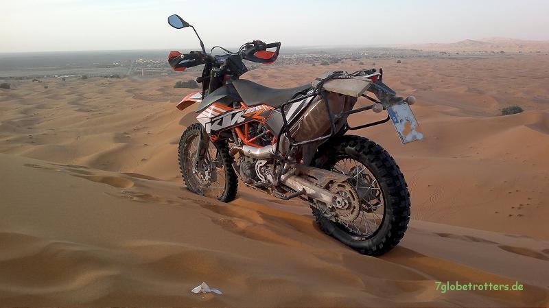 Mit der KTM690 Enduro R auf die Grand Dune im Erg Chebbi: Blick auf Merzouga