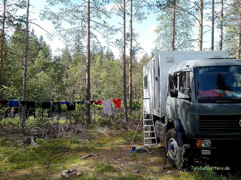 Expeditionsmobil im Einsatz: Stillleben mit Stehleiter am Wohnmobil