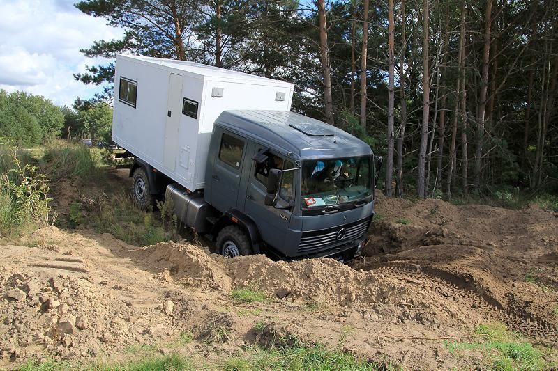 Expeditionsmobil offroad: Böschungswinkel des MB 1124 AF am Limit