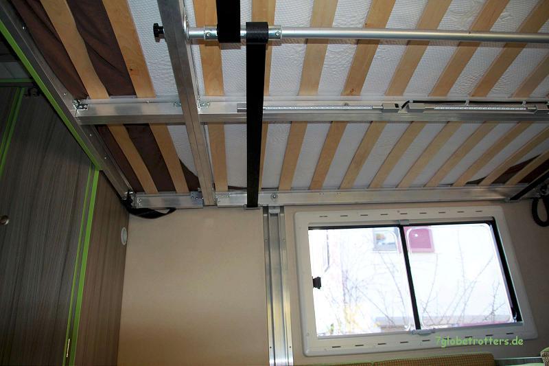 Elektrisches Hubbett im Wohnmobil von unten: Mechanik mit Zentralwelle und Gurtaufhängung