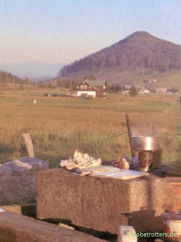 Kochen auf dem Steintisch vor dem Misthaus mit Blick auf den Buchberg