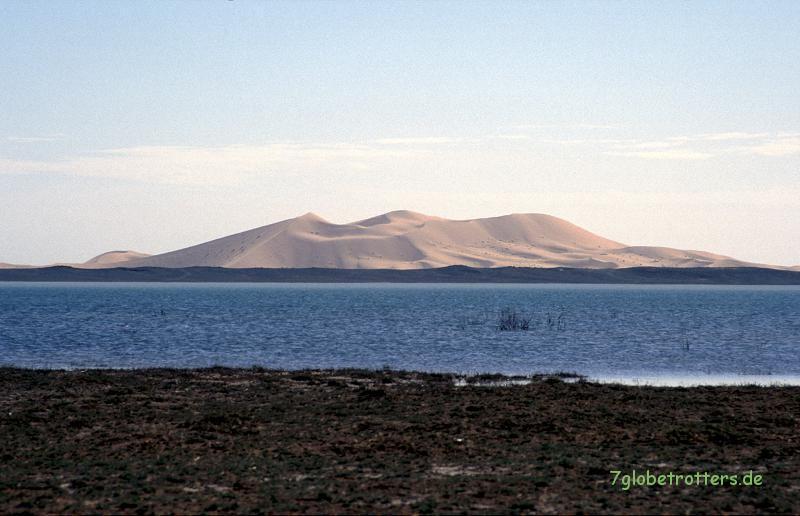 Der Dayet Sri voller Wasser mit der großen Düne von Merzouga
