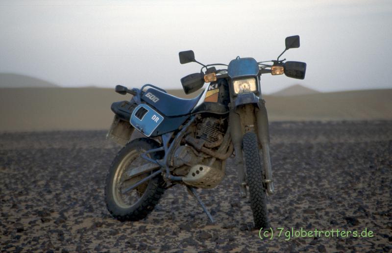 Suzuki DR 600 als Beiboot in Marokko