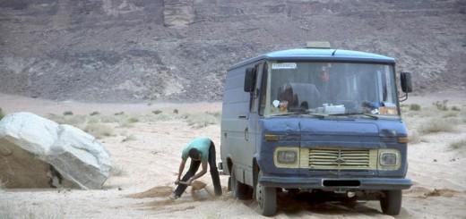 Der Autor beim Sand schippen im Wadi Rum / Jordanien