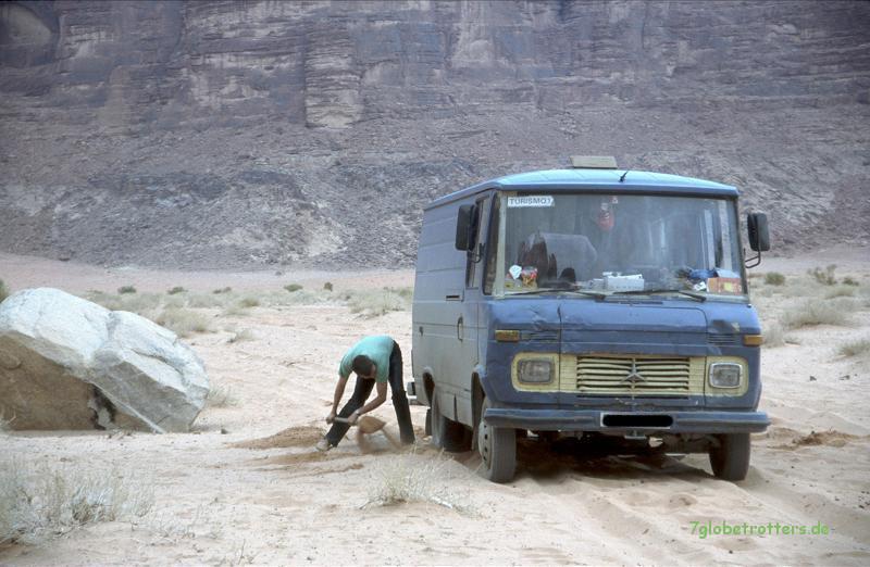 Something about me: Der Autor beim Sand schippen im Wadi Rum, auf dem Weg zum Roten Meer