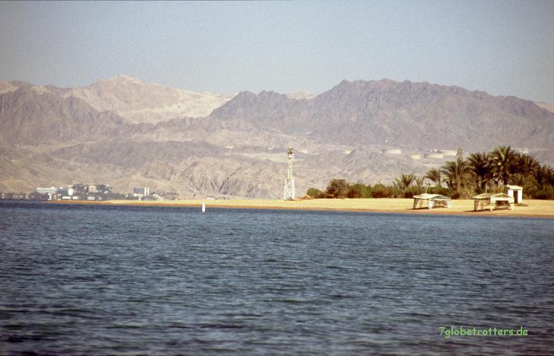 Blick von unseeem Korallenriff über den Golf von Aqaba zum Sinai