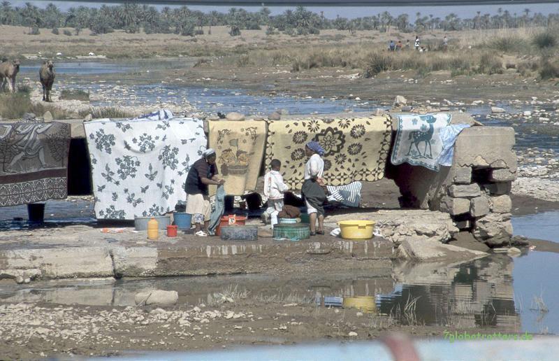 Ein paar km ist das Wasser Weg: Wäsche waschen im Oued Draa bei Zagora