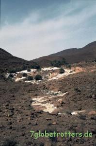 Regen füllt ein kleines Wadi