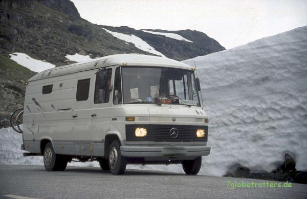 Unser MB 508 D vor ein paar Schneeresten auf dem Weg zumAurlandsfjord