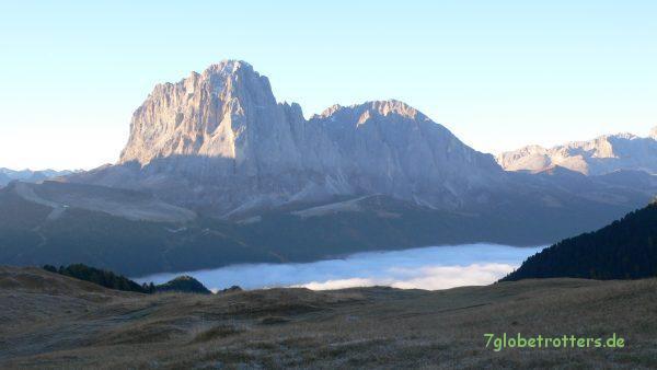 Biwak an der Seceda über den Wolken. Im Tal liegt Wolkenstein, hinten der Langkofelstock