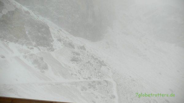 Morgendlicher Schneesturm an der Grasleitenpasshütte im Rosengarten