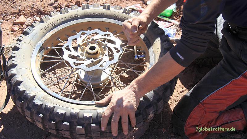 Demontage der Reifen am Hinterrad der KTM 690: Reifenhalter lösen