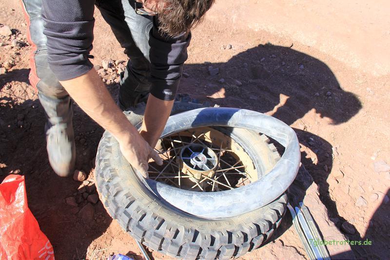 Montage des neuen Schlauchs in den Michelin Desert Race