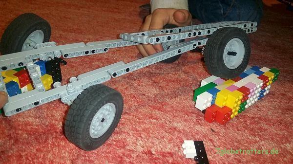 Verwindung am Lego-Modell. Der Zwischenrahmen hebt ordentlich vom Fahrgestell ab
