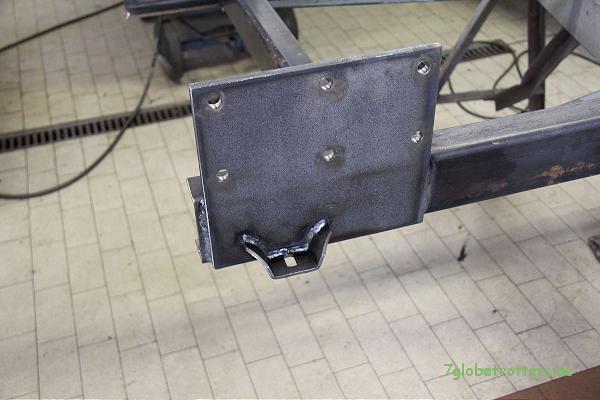 hinteres Festlager mit angeschweißter Schwalbe als Konsole für die Kofferbefestigung