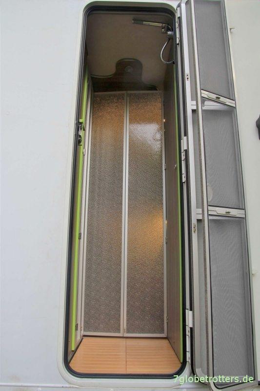 Dusche, Dreckschleuse und Windfang im Eingang des Expeditionsmobils