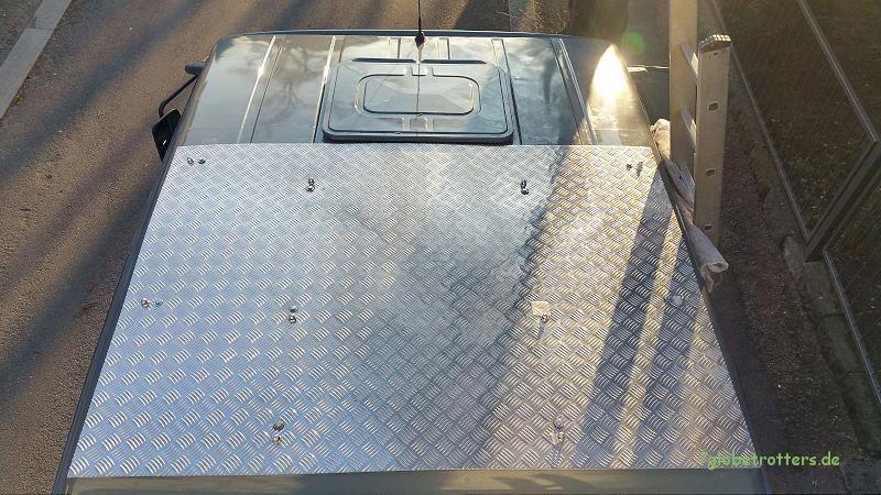 Rahmenloser Dachträger aus Alu-Riffelblech auf dem MB 1124 AF (kurze Doka)