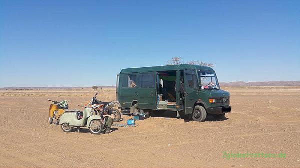 Unsere Wüstenfahrzeuge, alle ohne Allrad: MB 711 D, KTM 690 Enduro R, 1984er Simson Schwalbe (saharabraun), 1967er Schwälbchen (tundragrau)
