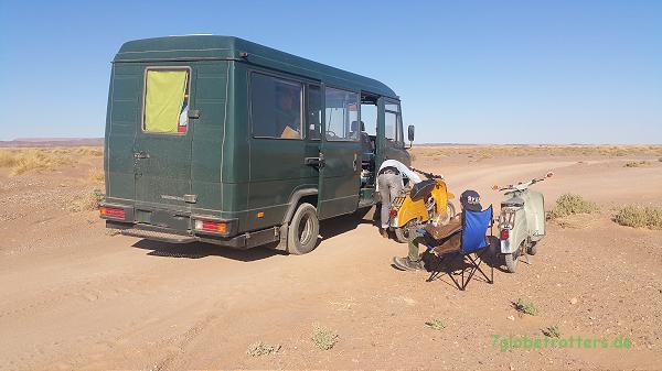 Der Kastenwagen als Begleitfahrzeug in der Wüste: Werkstattfahrzeug im Einsatz