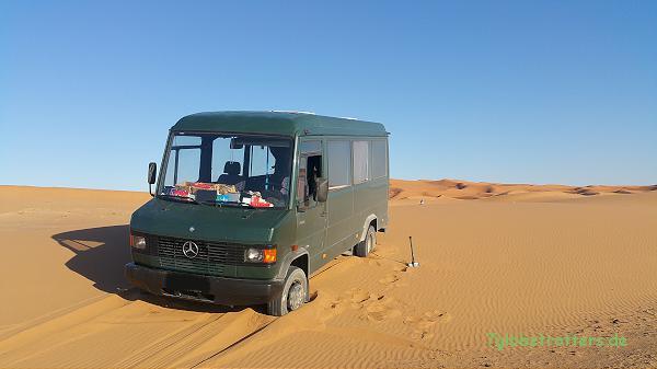 Grenzen der Zwillingsbereifung: und der zu geringen Bodenfreiheit: Kastenwagen im Sand
