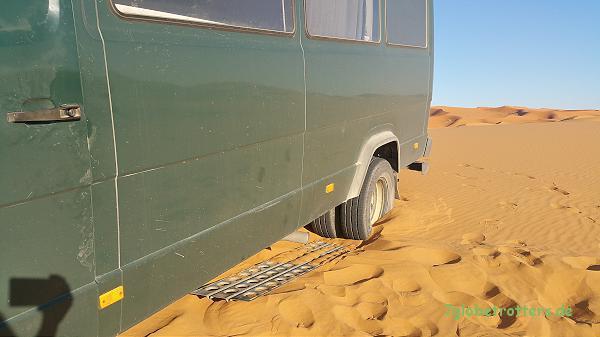 Vorteile ohne Allrad: Die Rettung ist viel einfacher. Sandbleche helfen fast immer.