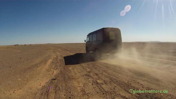 Kastenwagen MB 711 D auf der Wellblechpiste zum Erg Chebbi