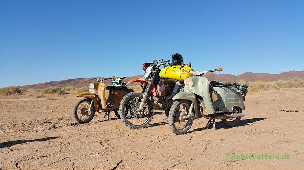 Marokko: Gruppenfoto mit einer 84er 4-Gang-Schwalbe und einer 67er 3-Gang-Simson sowie der KTM (naja, keine Kunst...)