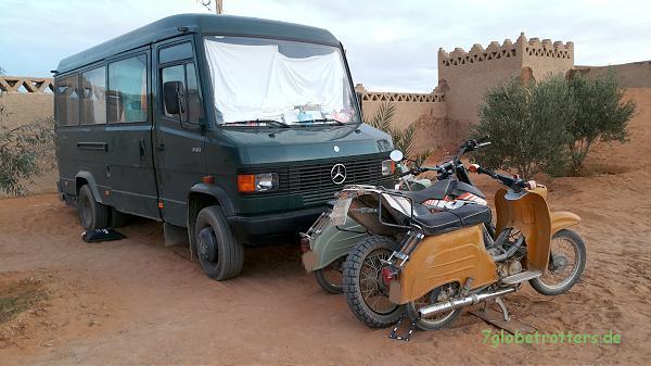 "Mercedes, Simson und KTM auf dem Camp ""Lac de Sahara"""