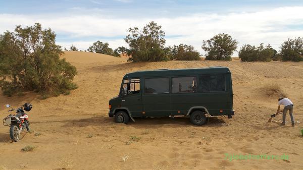 Bergung aus den Sanddünen: Anheben, Sandbleche drunter, Fahrspur glätten, Vollgas