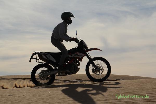 Je schneller, desto besser: Ab 50 km/h fährt sich Sand mit der KTM ganz normal...