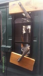 Einkleben des Schiebefensters mit Sikaflex 252i