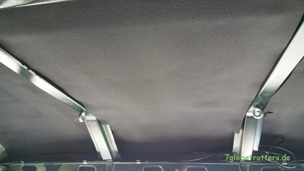 Die 1. Lage Armaflex ist zwischen den Spriegeln im Fahrerhaus des Kastenwagens eingebaut.