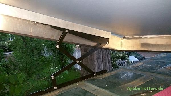Aufstelldach mit den Schlafdachscheren auf dem Kastenwagendach