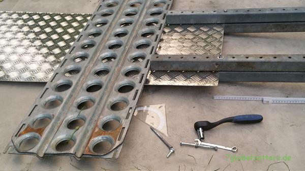 Tropendach selbst bauen: Nachgestellte Kantung des Riffelblechs (Die Schraubzwingen fehlen noch)