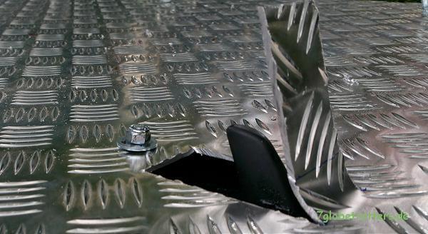 Die Haifischflosse zieht nun unter dem Tropendach ihre Bahn