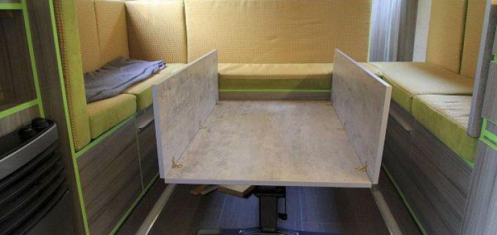 Die Klappen lassen sich auf die Mitte des Tisches im Wohnmobil legen