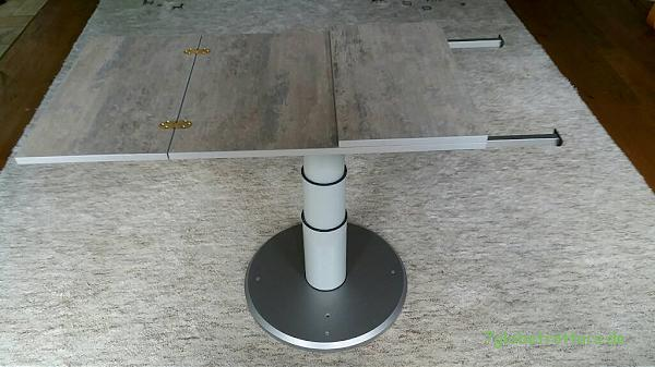Der Wohnmobil Tisch ist klappbar. Die Stützen sind ausziehbar.